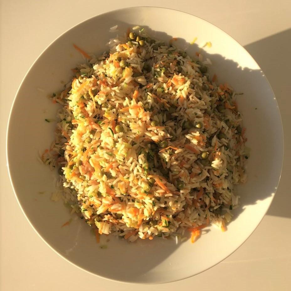 Riso basmati saltato con porro, zucchina,carota, piselli, condito con salsa di soya e accompagnato con uno yogurt al curry